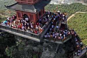Dòng người đến ngôi chùa lớn nhất thế giới ở Hà Nam dù chưa xây xong