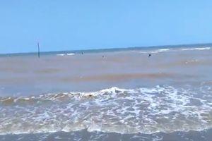 Hai khách du lịch đuối nước tại biển Ba Động được cứu sống