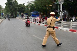 Ngày Tết, CSGT Hà Nội ra đường nhắc người dân đội mũ bảo hiểm