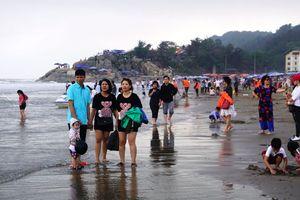 Biển Sầm Sơn bất ngờ đón hàng ngàn du khách ngày mồng 5 Tết