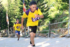 Hơn 300 người tranh tài leo núi Tà Cú cao hơn 600 m