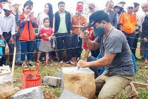 Hội thi chẻ đá mồ côi độc đáo ở Quảng Trị