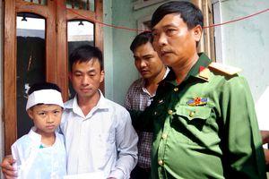 Bộ CHQS tỉnh Quảng Nam trao tiền hỗ trợ cho gia đình các em học sinh bị chết và mất tích do đuối nước