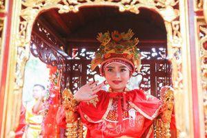 Hàng chục thanh niên, an ninh bảo vệ 'Tướng bà' 11 tuổi trong Lễ hội Gióng