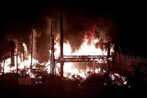Bất cẩn khi sử dụng lửa, ngôi nhà sàn bị thiêu rụi trong đêm