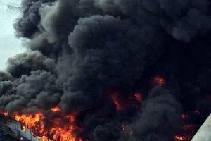 Sau nhiều tiếng nổ, một nhà hàng lớn ở Tuyên Quang cháy dữ dội