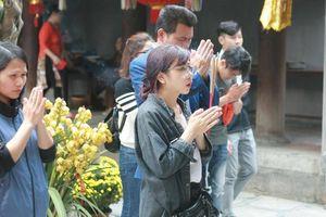 Nam thanh, nữ tú nô nức đi chùa Hà cầu duyên đầu năm mới