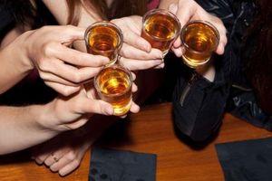 Hàng chục người tử vong do uống rượu không rõ nguồn gốc