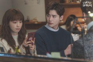 'Phụ lục tình yêu' tập 6: Lee Jong Suk hờn dỗi vì ghen tuông, Lee Na Young gần gũi với Wi Ha Joon
