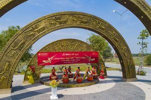 Làng Sen Việt Nam vinh dự nhận kỷ lục Cổng chào họa tiết Trống Đồng lớn nhất