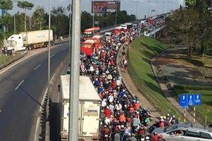 Xe khách chết máy trên cầu Mỹ Thuận, ùn ứ kéo dài tuyến đường về TPHCM