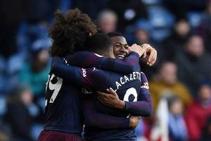 Thắng nhọc Huddersfield, Arsenal tiếp tục bám đuổi MU