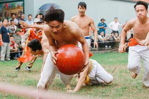 Náo nhiệt trai làng Thúy Lĩnh trong lễ hội vật cầu truyền thống