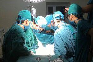 Ba êkíp cùng lúc phẫu thuật ca gãy 5 xương sườn, dập thận