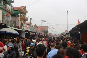 Hàng vạn người đổ về chợ Viềng 'mua may, bán rủi'