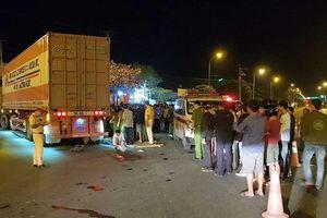 Môtô biến dạng sau cú va chạm với container, một người tử vong tại chỗ