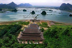 Mặc nắng nóng, hàng nghìn người đổ xô về ngôi chùa lớn nhất thế giới