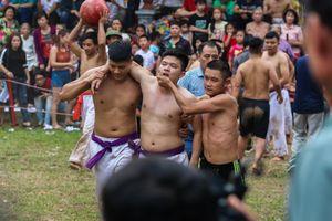 Hàng chục trai làng quyết liệt tranh cầu trong Hội vật cầu Thúy Lĩnh