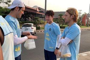 Xem Xuân Trường 'chém gió' với đồng đội mới ở Buriram United