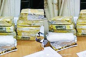 Bắt quả tang đối tượng vận chuyển 10 kg ma túy đá từ Lào về Việt Nam