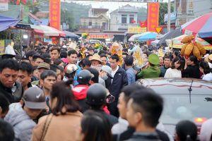 Hàng vạn du khách đổ về chợ Viềng, giao thông kẹt cứng