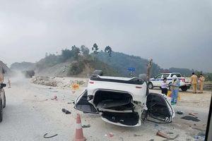 Xe ô tô Mazda 6 lật nhào trên cao tốc Nội Bài - Lào Cai