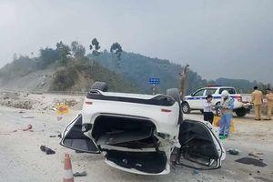 Xe Mazda lật ngửa trên cao tốc Nội Bài - Lào Cai, 3 người nhập viện