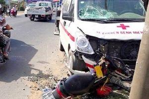 Xe cứu thương tông xe máy khiến người phụ nữ sảy thai