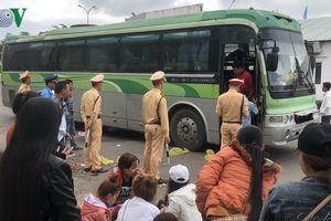 Tạm giữ xe biển số Lào hết hạn kiểm định, chở quá số người quy định
