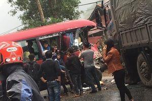 Xe khách đâm trực diện xe tải trên Quốc lộ 2, nhiều người bị thương