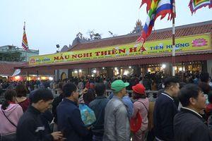 Clip: Hàng vạn du khách đổ về Phủ Dầy - Chợ Viềng, cảnh sát căng mình giữ an ninh