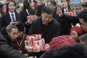 Triệu phú TQ tặng 31 tỷ đồng và TV, tủ lạnh... cho dân làng dịp Tết
