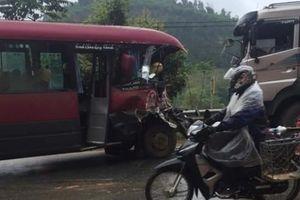 Người dân phá cửa cứu hành khách la hét trong xe khách bẹp dúm đầu