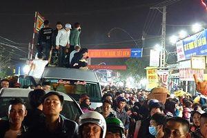 Ngất xỉu vì chen lấn giữa chợ Viềng Nam Định