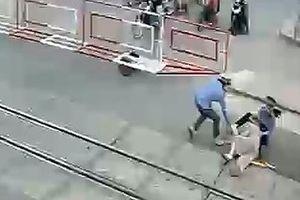 Hai nữ nhân viên gác chắn cứu cụ bà trước đầu tàu hỏa