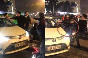 Thanh niên Hà Nội bị truy lùng vì đánh tài xế taxi, đá gãy gương sau va chạm nhỏ