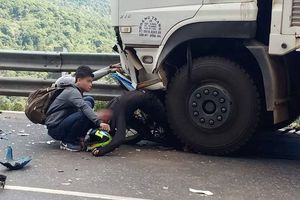 Clip phượt thủ dính vào đầu xe tải khi đổ đèo Bảo Lộc như bay