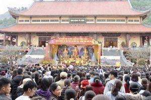 Du khách xếp hàng trật tự lễ chùa Ba Vàng