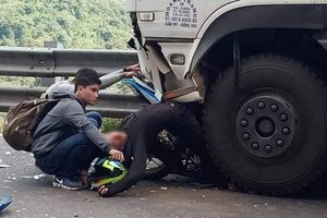 Tông trực diện xe tải, 'phượt thủ' và xe dính chặt vào bánh xe nguy kịch