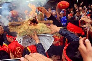 Dân làng Thị Cấm thi kéo lửa thổi cơm