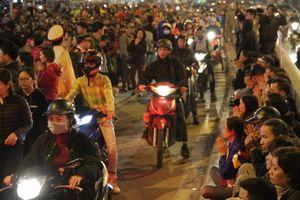 Hàng nghìn người ngồi tràn ra đường cúng sao giải hạn ở chùa Phúc Khánh, Hà Nội