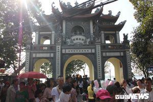 Người dân chen chúc đi lễ Phủ Tây Hồ, Hà Nội