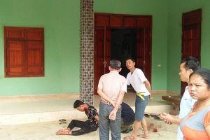 Phát hiện chồng nguy kịch ngồi ôm thi thể vợ ở Nghệ An