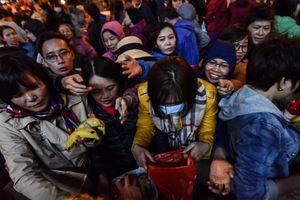 Hàng trăm người chen lấn xin lộc sau lễ dâng sao giải hạn