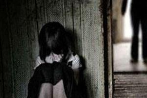 Vờ nhờ đi vệ sinh, hãm hại bé gái: Quen bố mẹ