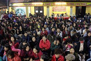 'Biển người' ngồi tràn ra đường giải hạn chùa Phúc Khánh