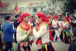 Trai làng tô son, đánh má hồng múa 'Con đĩ đánh bồng' ở Hà Nội