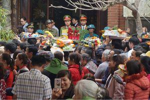 Chen nhau lễ bái tại đền Am Tiên sau lễ 'mở cổng trời'