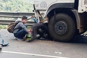 Đổ đèo, một phượt thủ cùng xe máy găm vào đầu ô tô tải