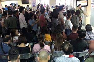 'Cò' chèo kéo làm hộ chiếu sau Tết ở TP Hồ Chí Minh